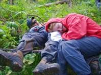 Спят усталые туристы.