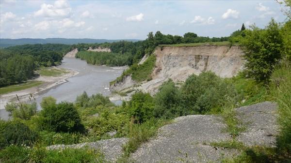 Река Белая размыла берег. Дорога идет в обход.