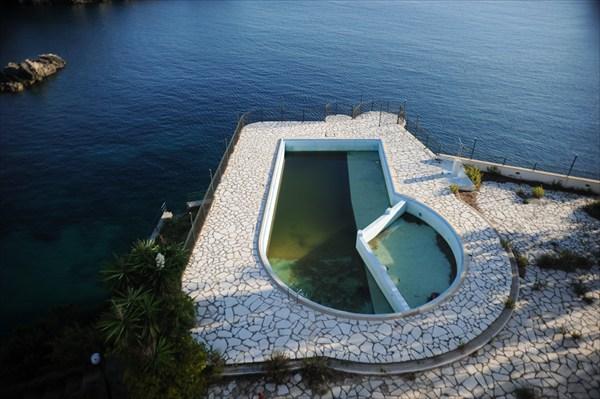 бассейн в заброшенном отеле в Поликастрице