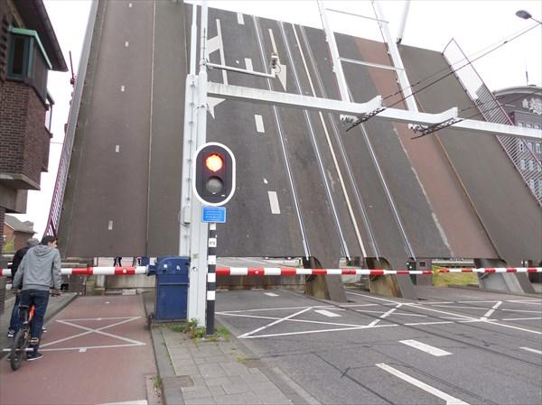 Роттердам. пережидаем баржу