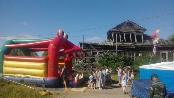 Батут и полупазрушенный дом