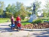 Окуловка, у памятника Миклухо-Маклаю