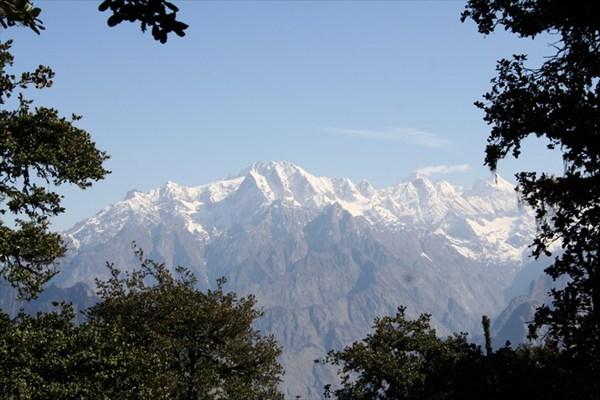 на фото: окно в лесу с видом на Гималаи