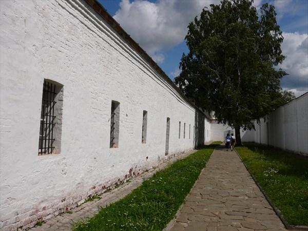 Стена монастырской тюрьмы