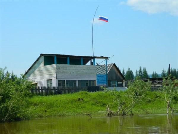Дом с флагом.