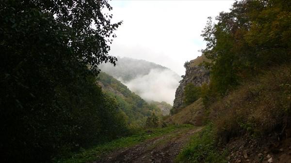 Утренние облака в ущелье