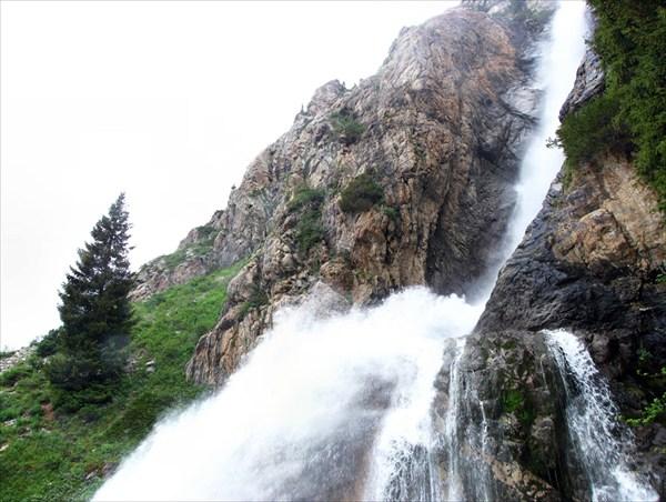 на фото: водопад Бурхан-Булак