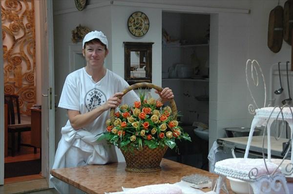 Мастерица с корзиной цветов из марципана
