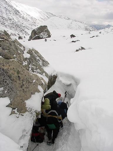 Большой валун, обнесенный снежной стеной