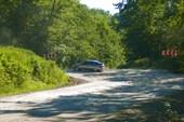 Дорога на Шаумянском перевале. Легковушка берет высоту.
