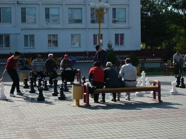 Местные жители играют в шахматы