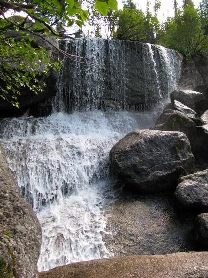Водопад попути к Малахитовой ванне