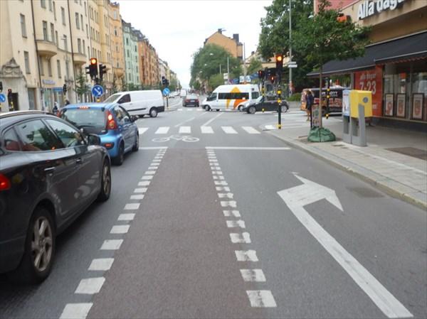 Движение  строго по велодорожке.