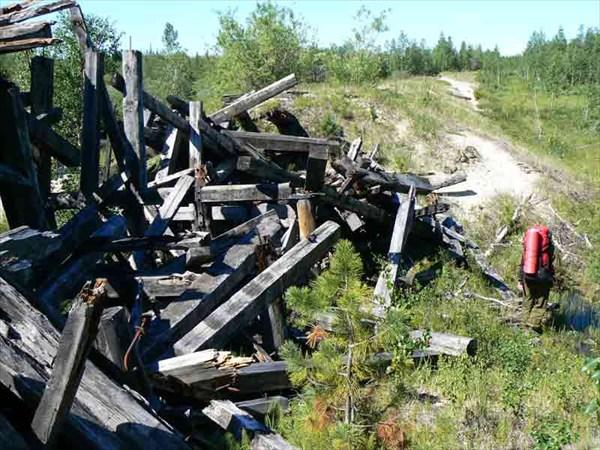 Разрушенный мост весеннними половодьями.