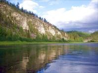 На протяжении 10 километров река течет среди таких скал