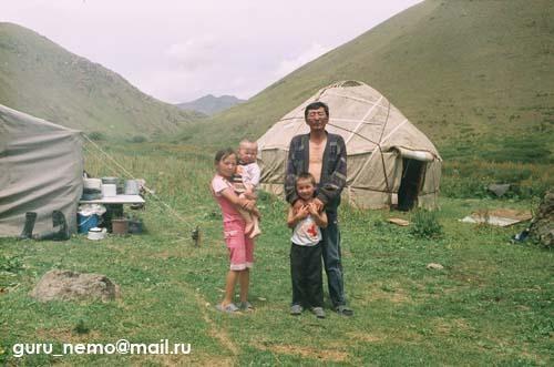на фото: Киргизская семья