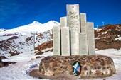 Памятникпавшим воинам на фоне Эльбруса