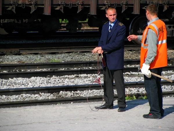 Дежурный по станции привлёкал внимание странной штукой в руках