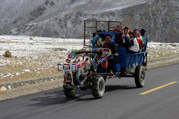 Дорогу китайцы построили, а автомобилей не дали...