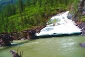Небольшой ледник около моста