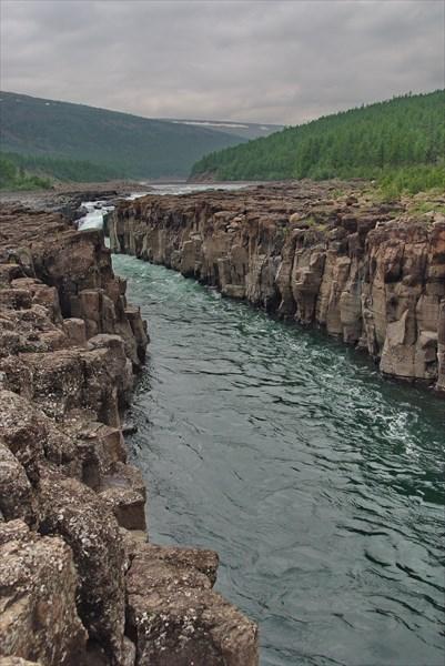Каньон между водопадами