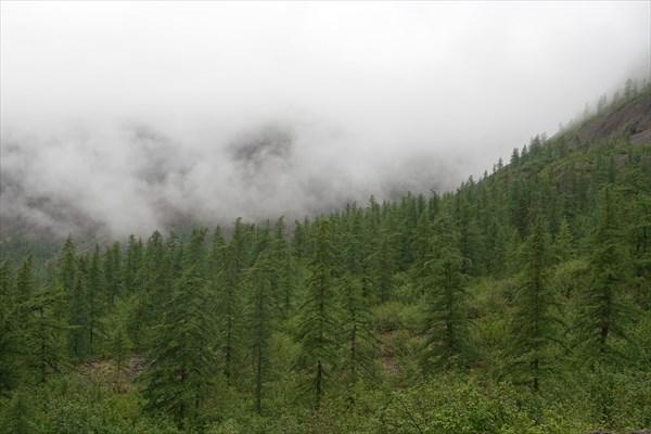 Облака спускаются в долину с плато
