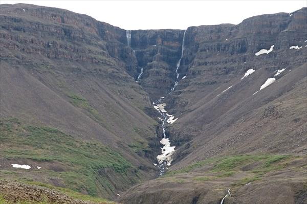 Прямо напротив - склон с водопадами высотой в пару сотен метров