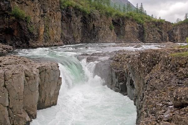 Второй водопад на Иркингде - около 5-и м