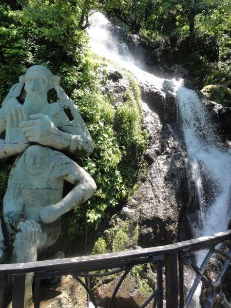 Памятник Андрею Первозванному около Сарпи.