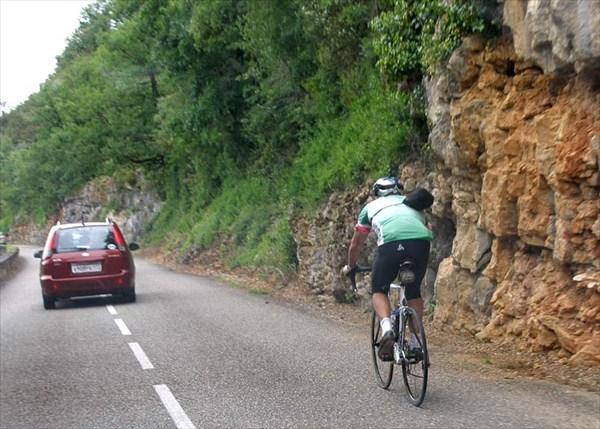 Машина едет быстрее велосипеда.