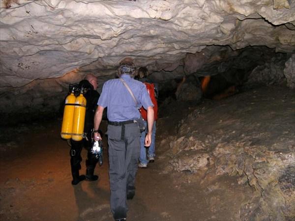 Французские спелеологи во французской пещере.