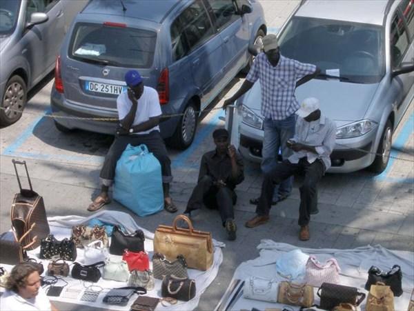 Типичные европейские уличные продавцы. А что творится в Париже..