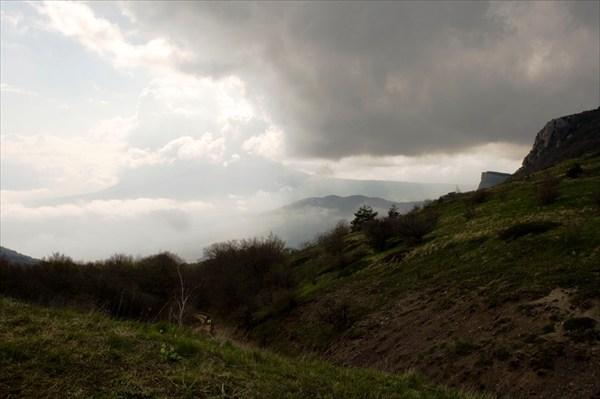 Вид на Элькх-Кая и Чатыр-Даг с Демерджи