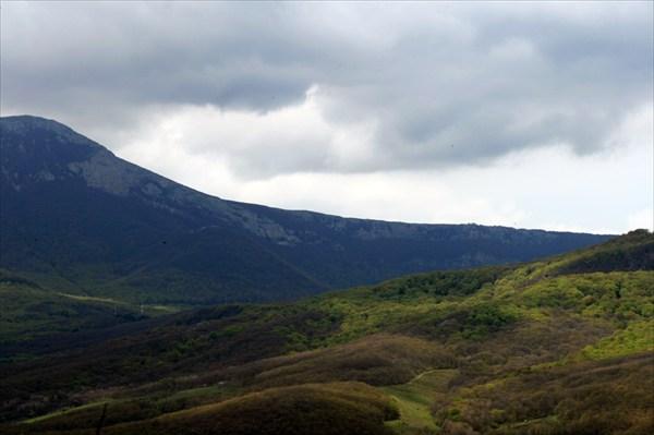 Вид на Чатыр-Даг и Сахарную Головку от Долины Привидений.