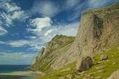 Неприступные горы окружают пляж Bunes