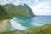 Вид на пляж Kvalvika при подъеме на Ryten