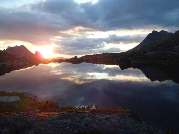 Закат на озере Сказка