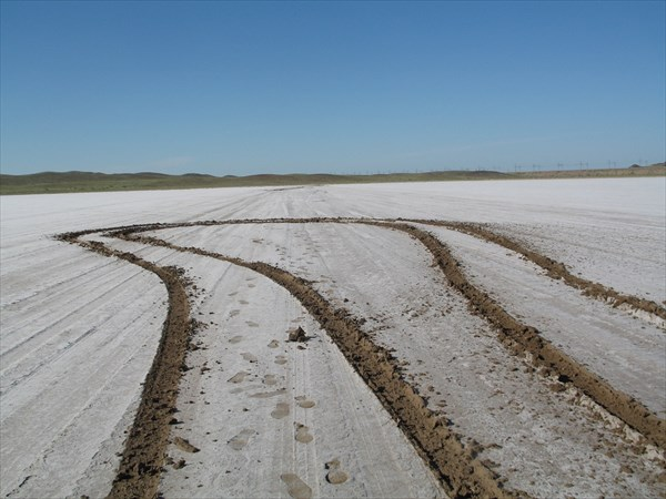 Разворот на соляном поле: можно увязнуть. Фото Ирины Агашкиной.