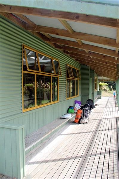 Удобные скамейки, деревянный пол, большие окна