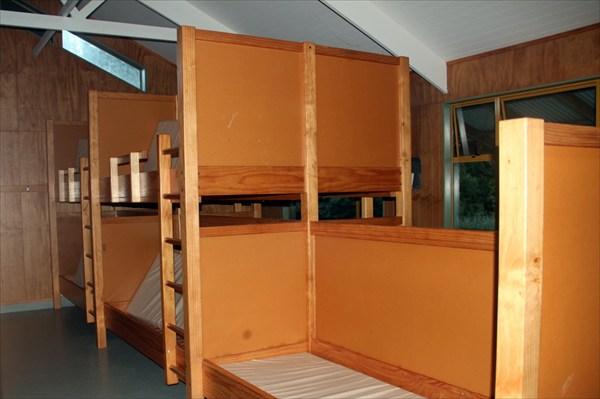 В внутри 2-хэтажные нары с матами и очень чисто!
