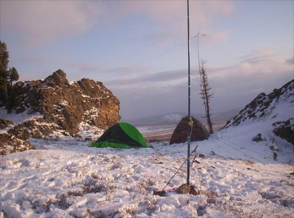 Антенны, палатки, снег, скалы... что лишнее?