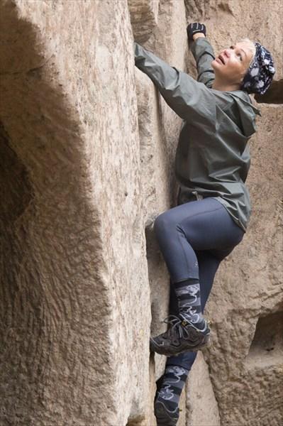 Стены Ихлары. Попытка поднятся на верхний уровень.