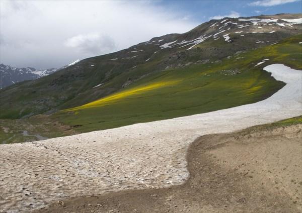 Снежная полоса на перевале