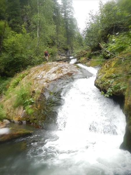 Спуск вдоль водопада.