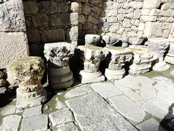 Дворик у церкви, остатки колонн