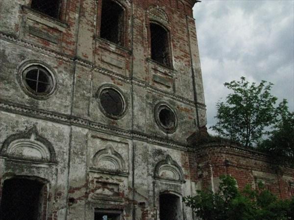 Заброшенная церковь в деревне Зверинец