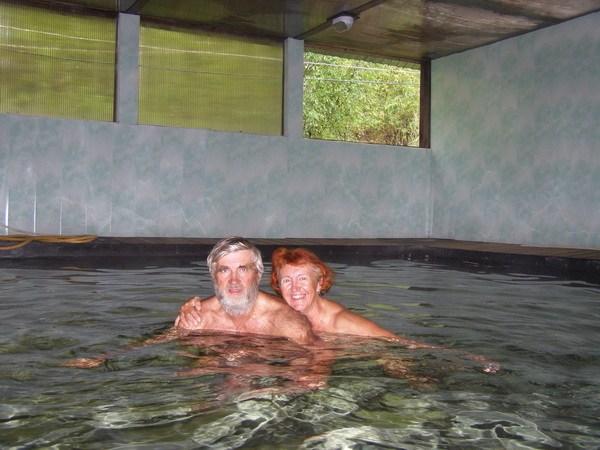 В бассейне с водой из целебного источника