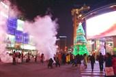 В центральной части Пекина молодежь греется