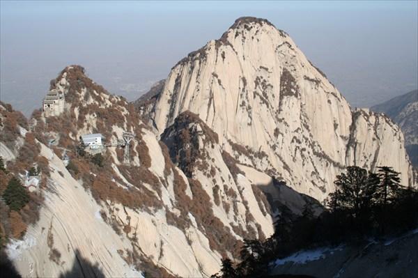 Прекрасные горы и вид на канатку