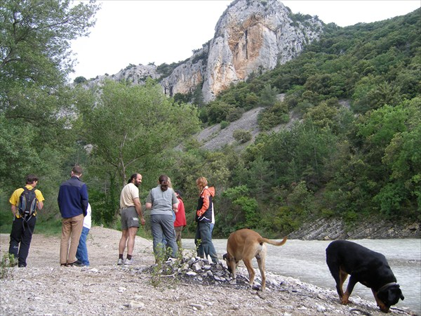 Каньон реки Toulourenc. Пещера - под скалой на другом берегу.